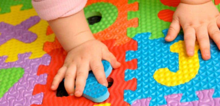 Mano di bebè su giochi colorati