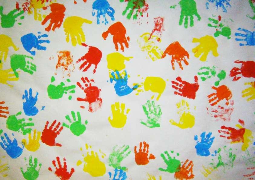 Impronte di mani di bambini colorate
