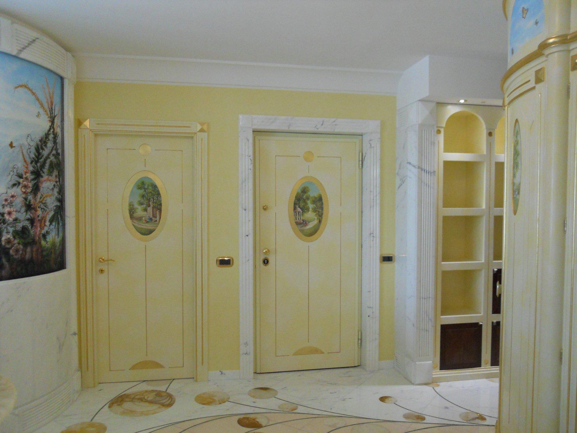 delle porte in legno con vetrate e dei disegni sopra