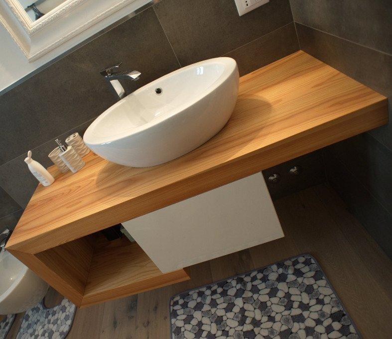 un tavolo e delle sedie in legno