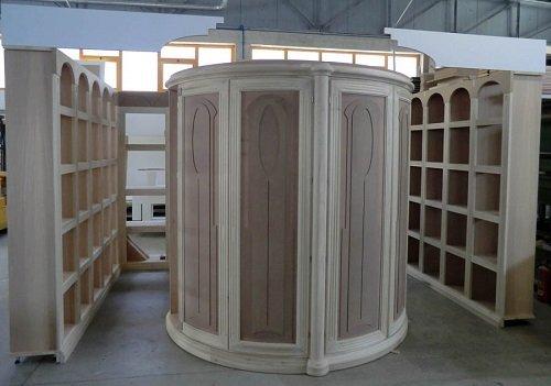 un guardaroba in legno a forma rotonda
