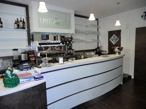 bancone di un bar in legno di color bianco