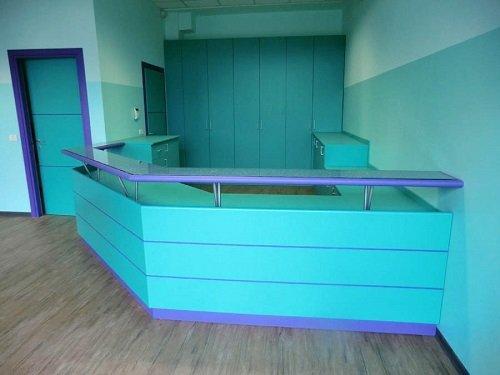 un bancone ad angolo di color azzurro e viola