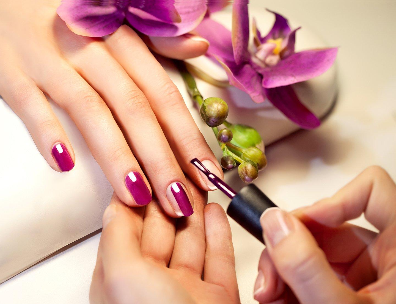 smalto viola su unghie