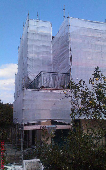 Chiesa assolutamente nascosta per la tela che copre il ponteggi