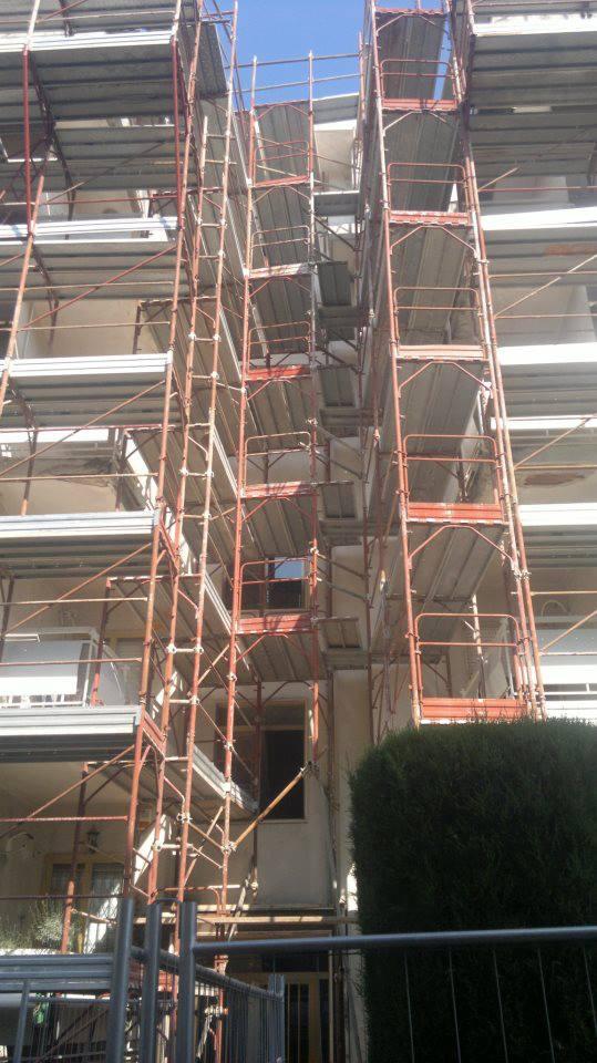 Ponteggio che copre tutto l'edificio