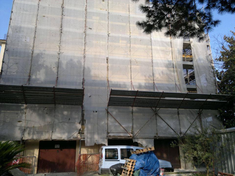 Maglie proteggendo i ponteggi che circondano l'edificio