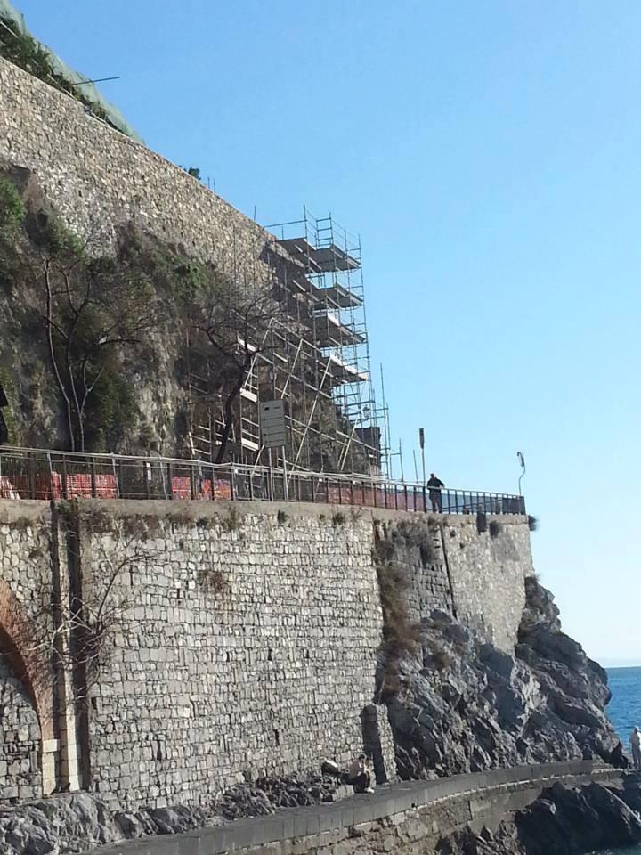 Antico muro nel processo di ricostruzione con l'aiuto di ponteggi
