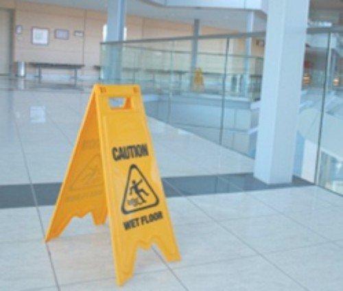 triangolo pavimento bagnato