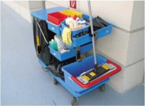 carrello con prodotti per la pulizia di locali