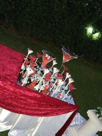 una tavola con una tovaglia rossa e dei bicchieri all'esterno