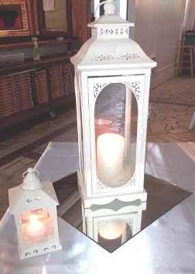 due lanterne con delle candele accese