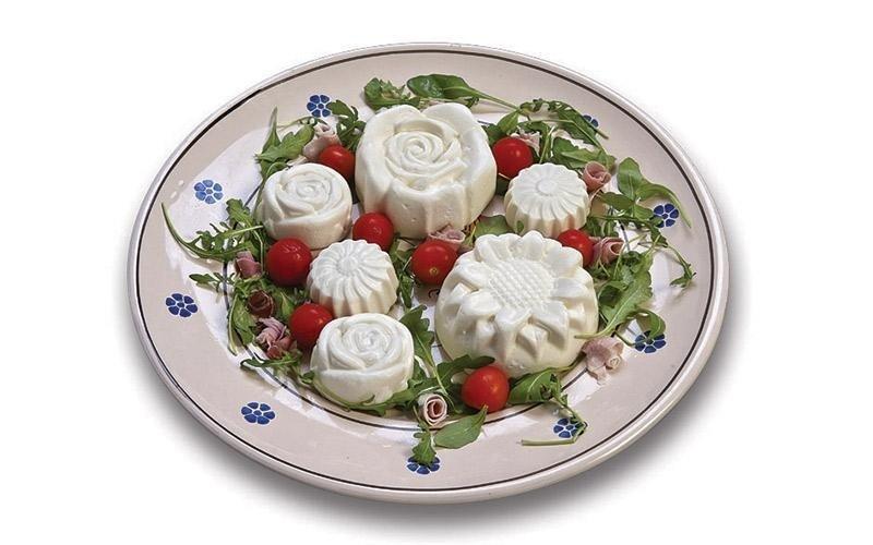 Pasta di scamorza - rose con prosciutto cotto e olive
