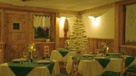 gastronomia, tavoli con candela, cena