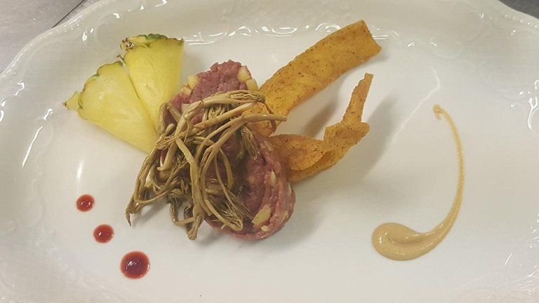 tartare di carne salada con asparagi selvatici