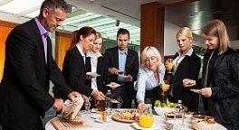 coffe break aziendale, tavolo imbandito, colleghi di lavoro che si ristorano