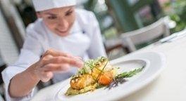 piatto di pesce, cuoco che impiatta, erbe aromatiche