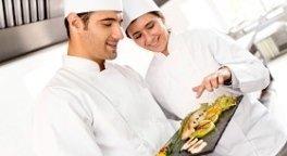 piatto di pesce fresco, cuochi al lavoro, cucina di ristorante