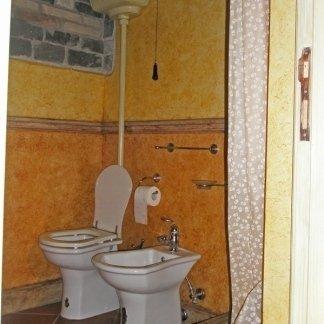 toilette restaurata con pareti in stucco
