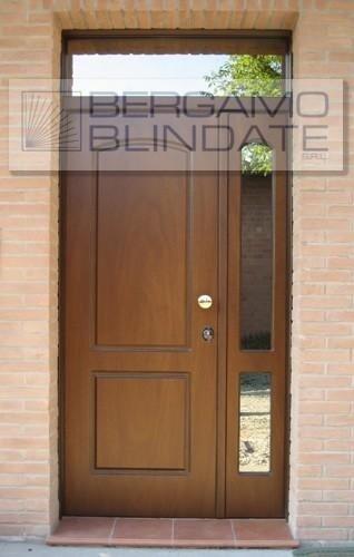 Porta blindata con pannello pantografato e struttura laterale  finestrata