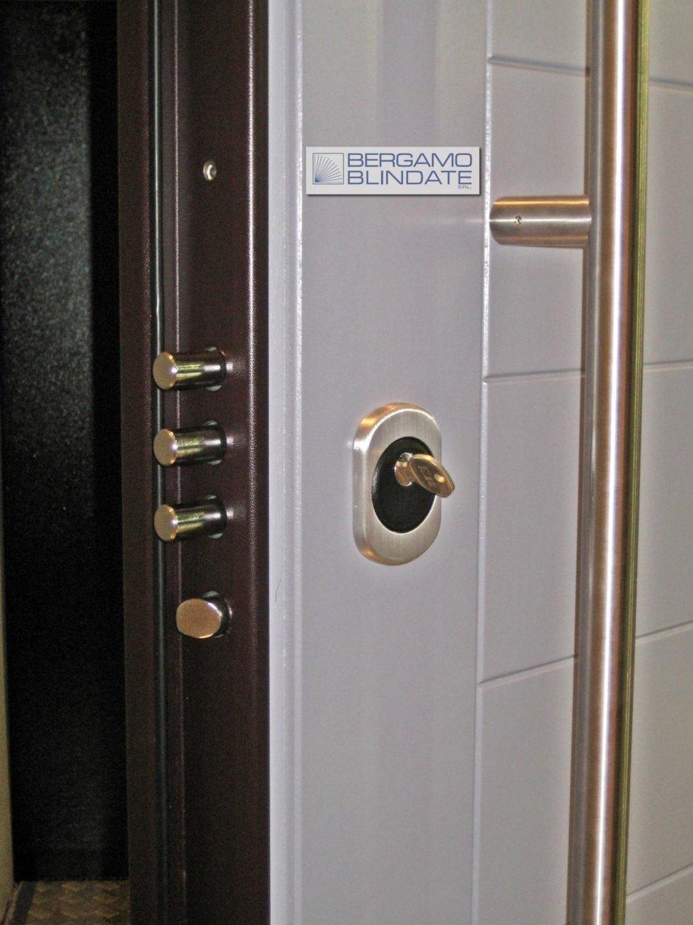 Porta blindata con serratura a cilindro europeo