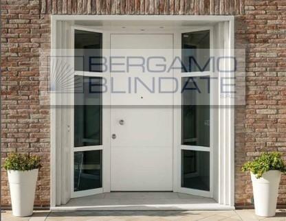Porta blindata laccata con strutture laterali finestrate