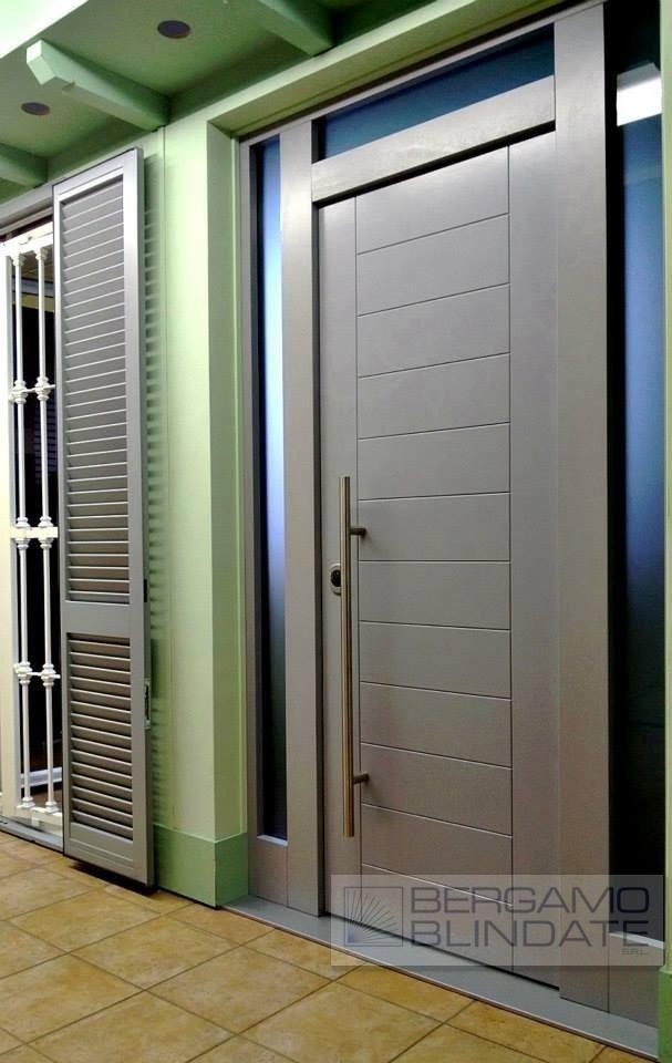 Porta blindata con specchiature laterali finestrate