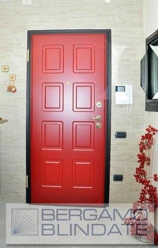 Porta blindata con pannello pantografato rosso fuoco