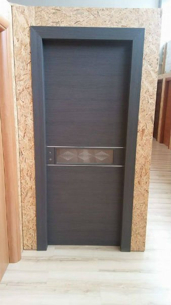 una porta in legno scuro e decorazioni