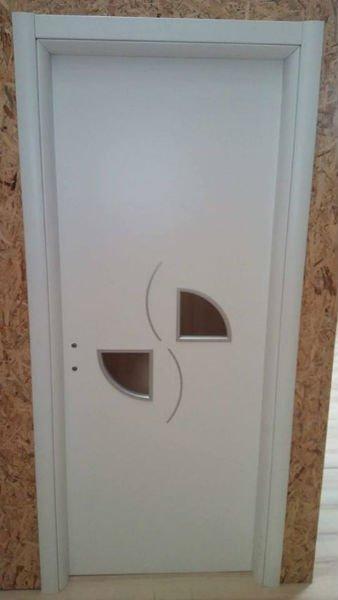 una porta bianca con intagli marroni