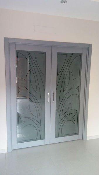 una porta a due ante in vetro con delle fantasie
