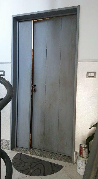 una porta blindata da appartamento socchiusa