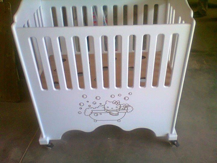 un lettino da neonato in legno di color bianco