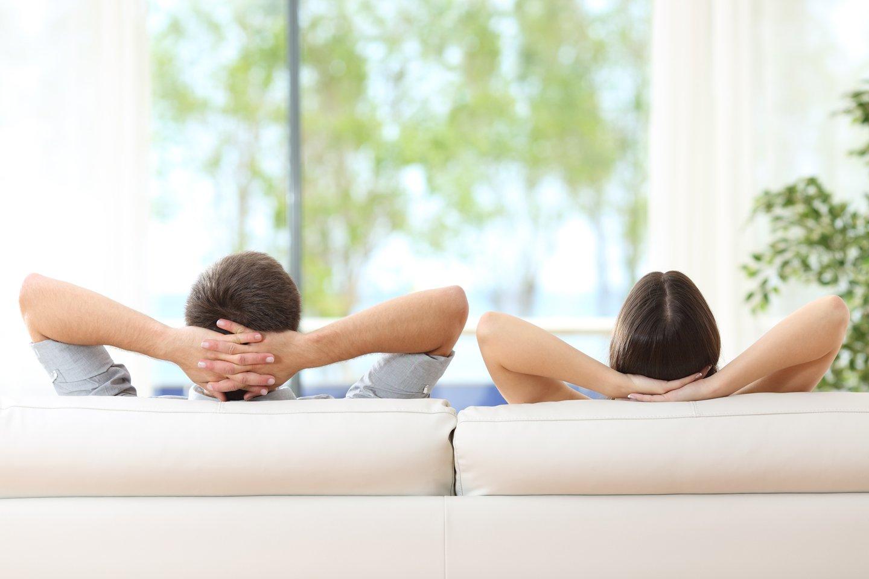 giovane coppia rilassata su un divano a casa