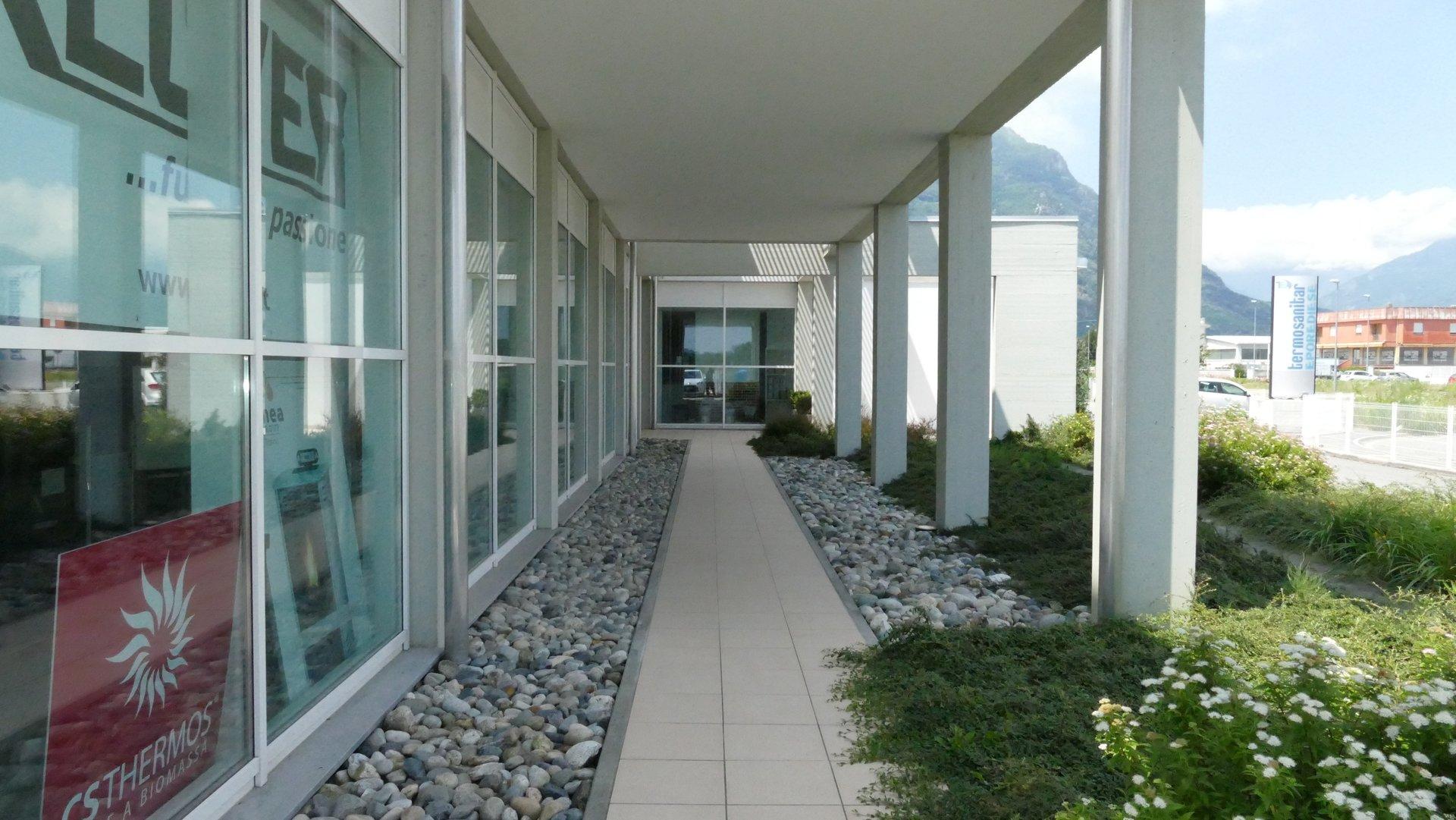 corridoio esterno di una ditta
