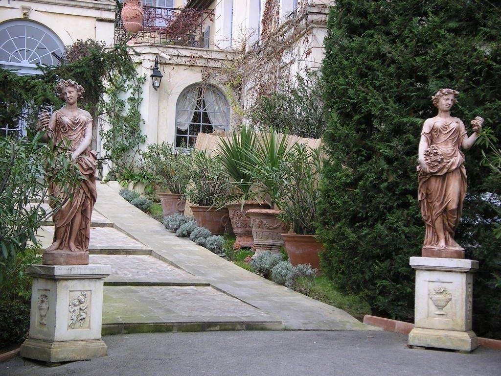 entrata di una casa con statue e vasi