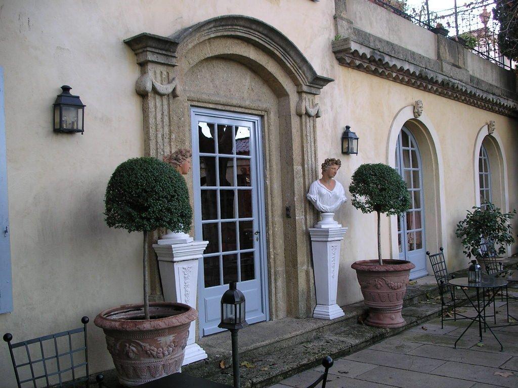 porte esterni di un albergo con vasi e statue