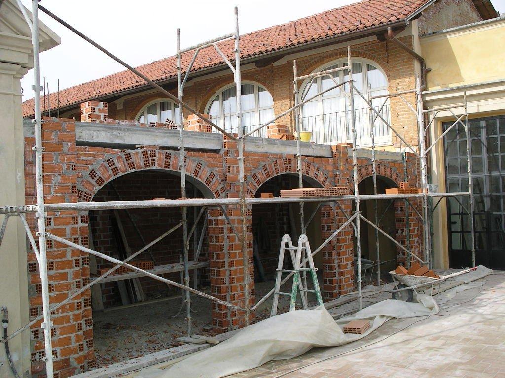 vista laterale di una casa durante ristrutturazione con ponteggi
