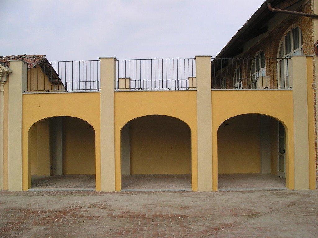 tre parcheggi auto sotto un edificio