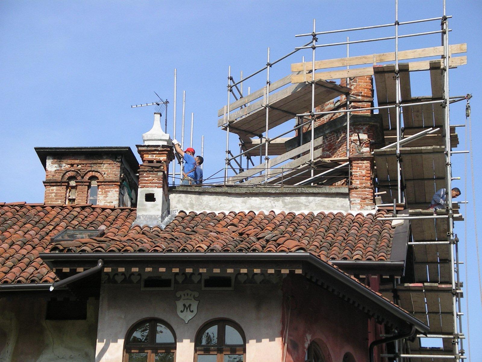 una casa con ponteggi in costruzione