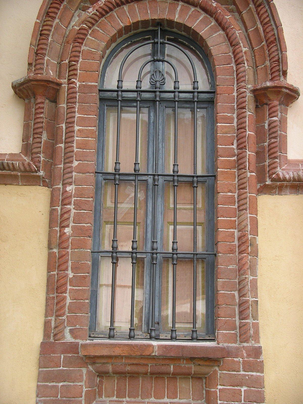 finestra con griglia in ferro in una casa antica