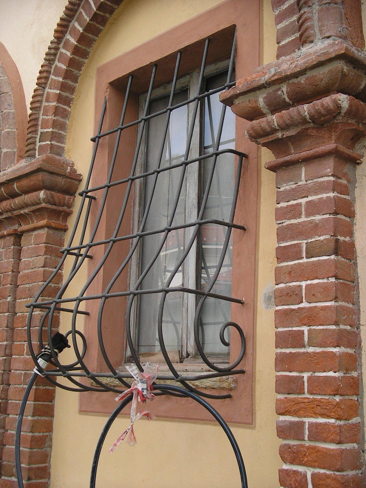 vista laterale di una finestra con griglia in ferro