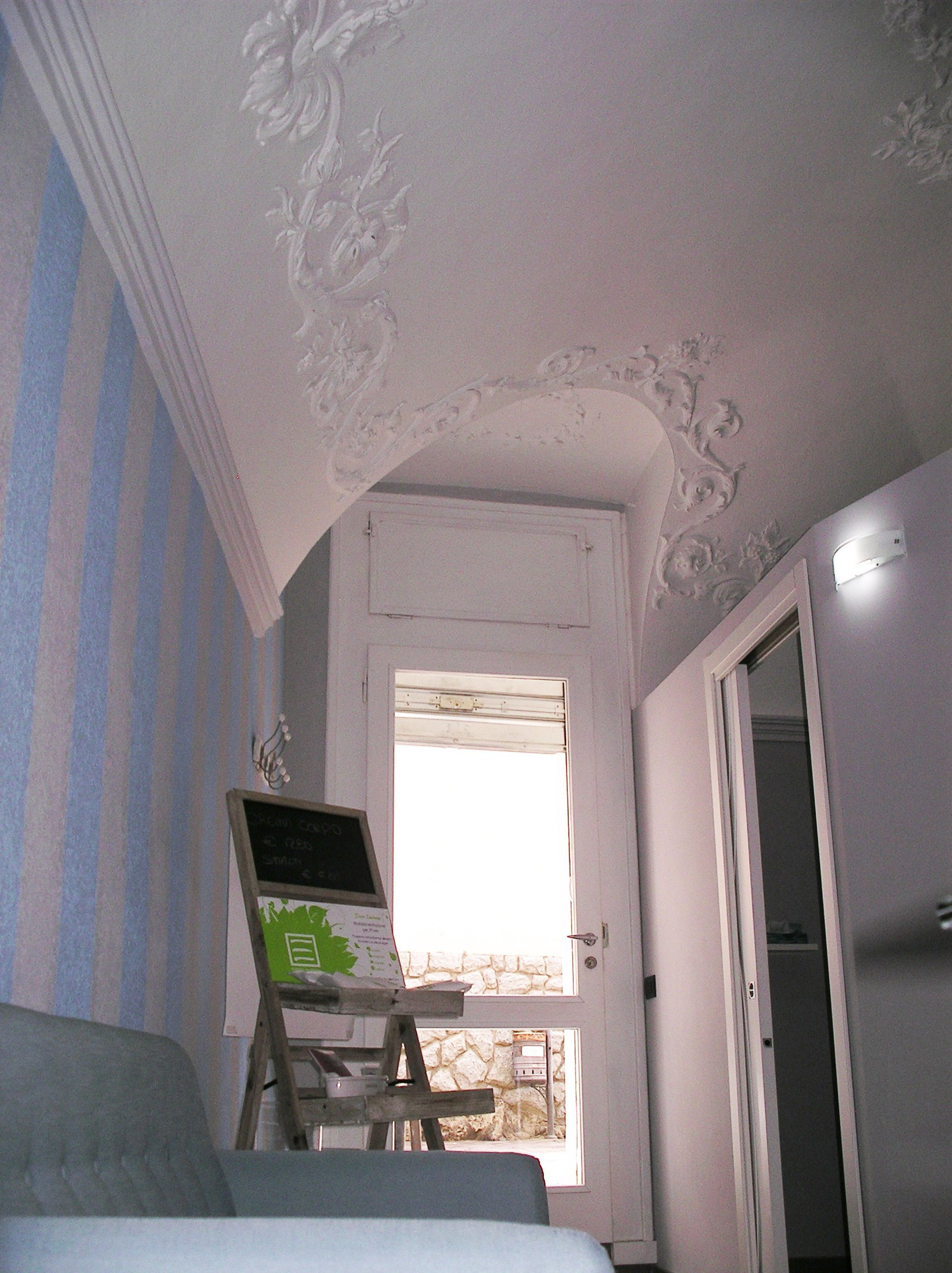 soffitto con decorazione in una stanza