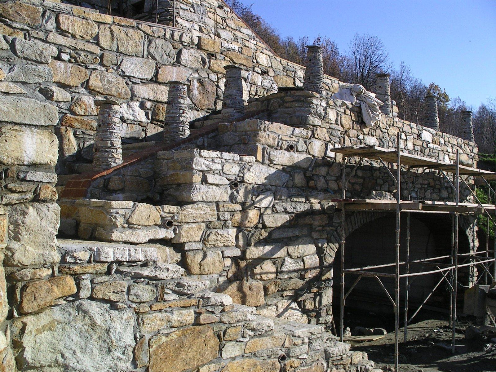 struttura in pietra con ponteggi