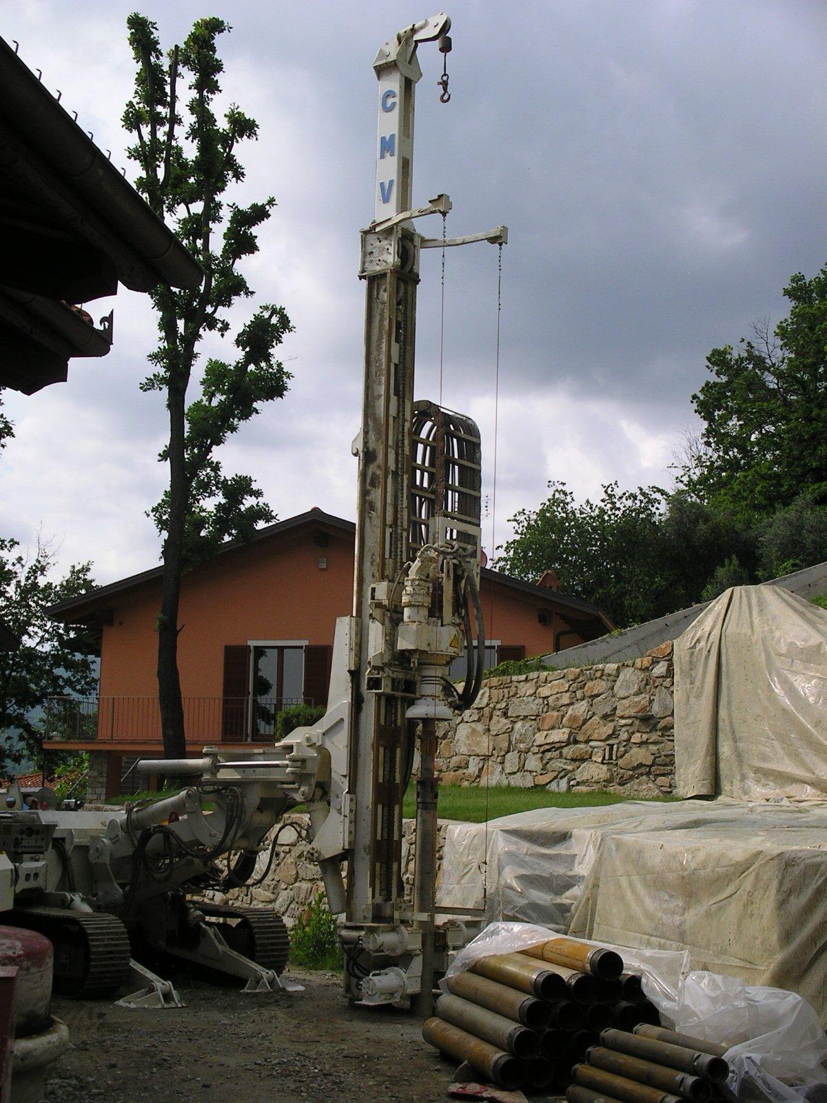 macchinario a marchio CMV con materiali edili in un cantiere