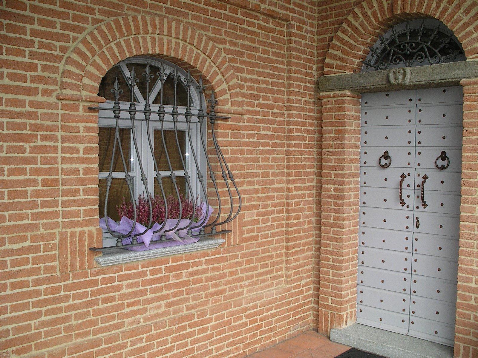vista esterna di una casa con finestra e portone