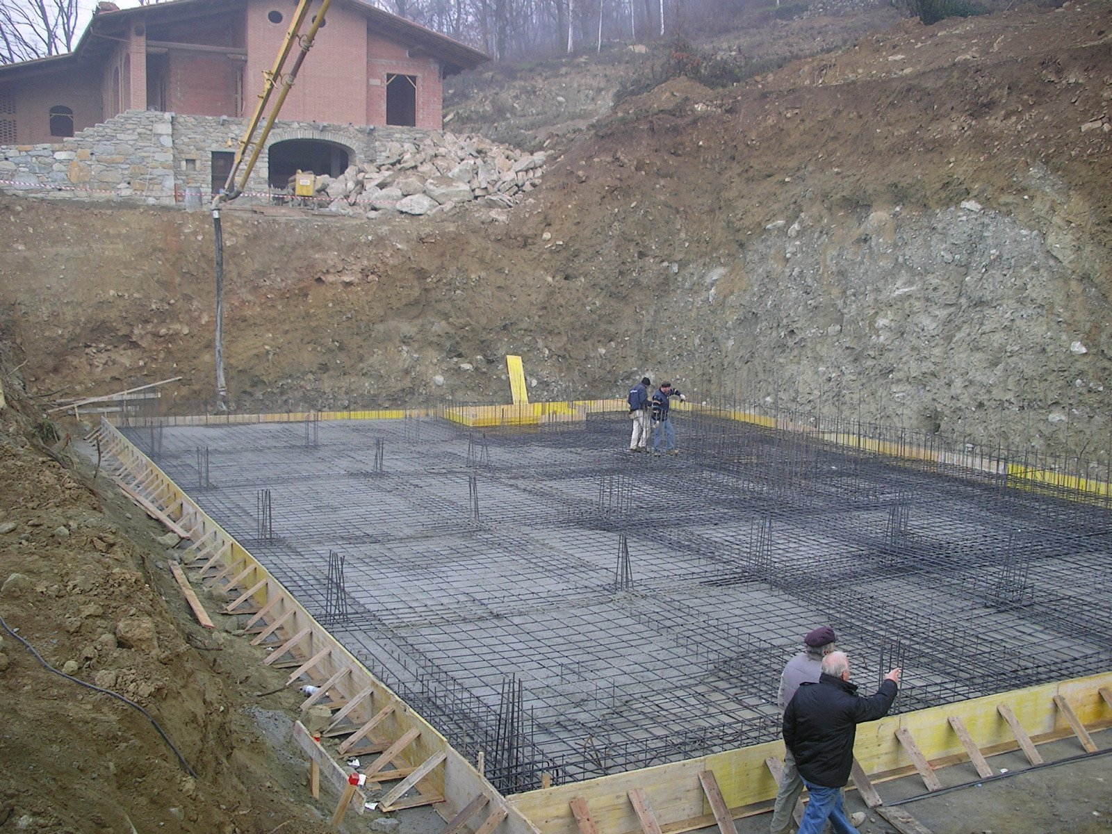 operai in un cantiere durante un lavoro edile