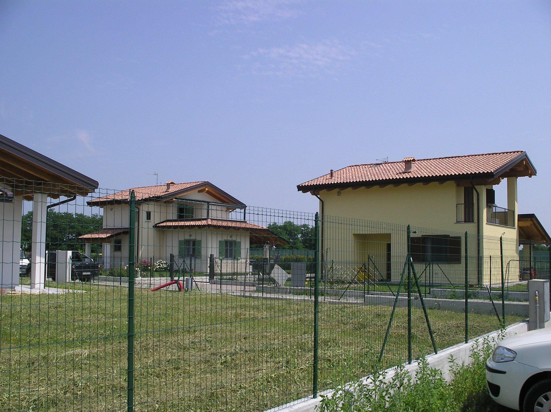 giardino con ringhiera e case indipendenti