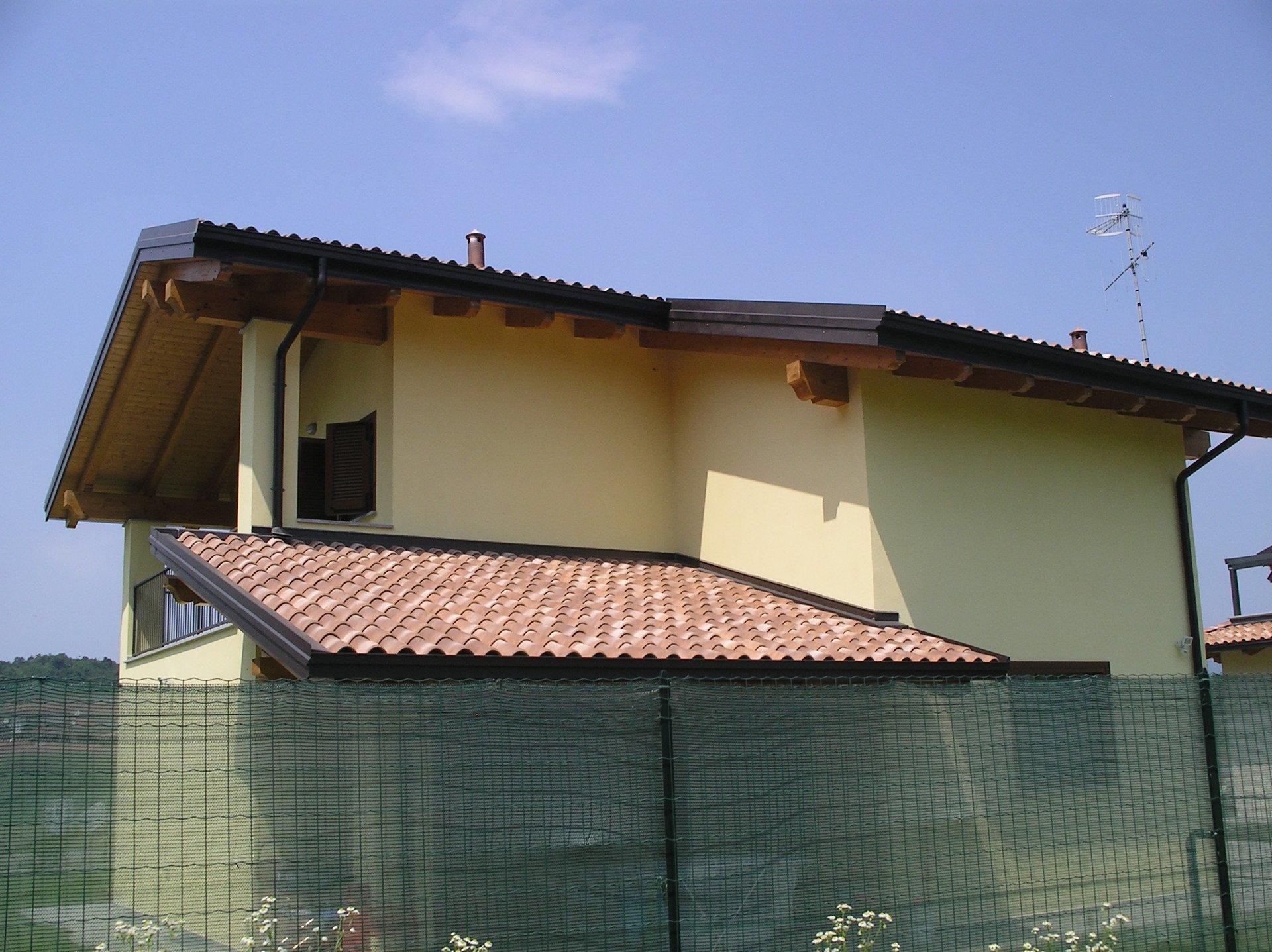 vista esterna di una casa gialla con ringhiera