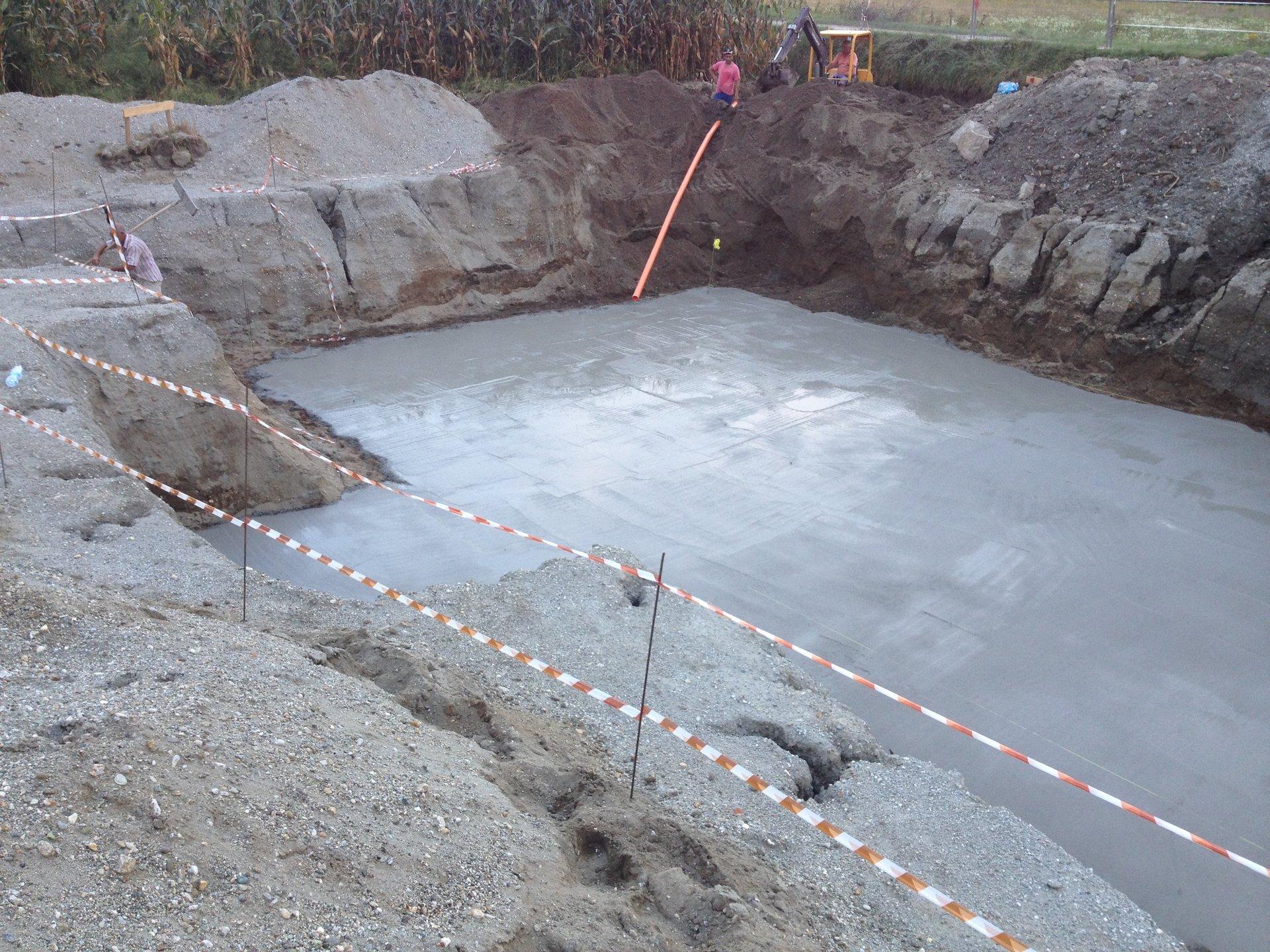 intonacatura del cemento sul pavimento di un cantiere
